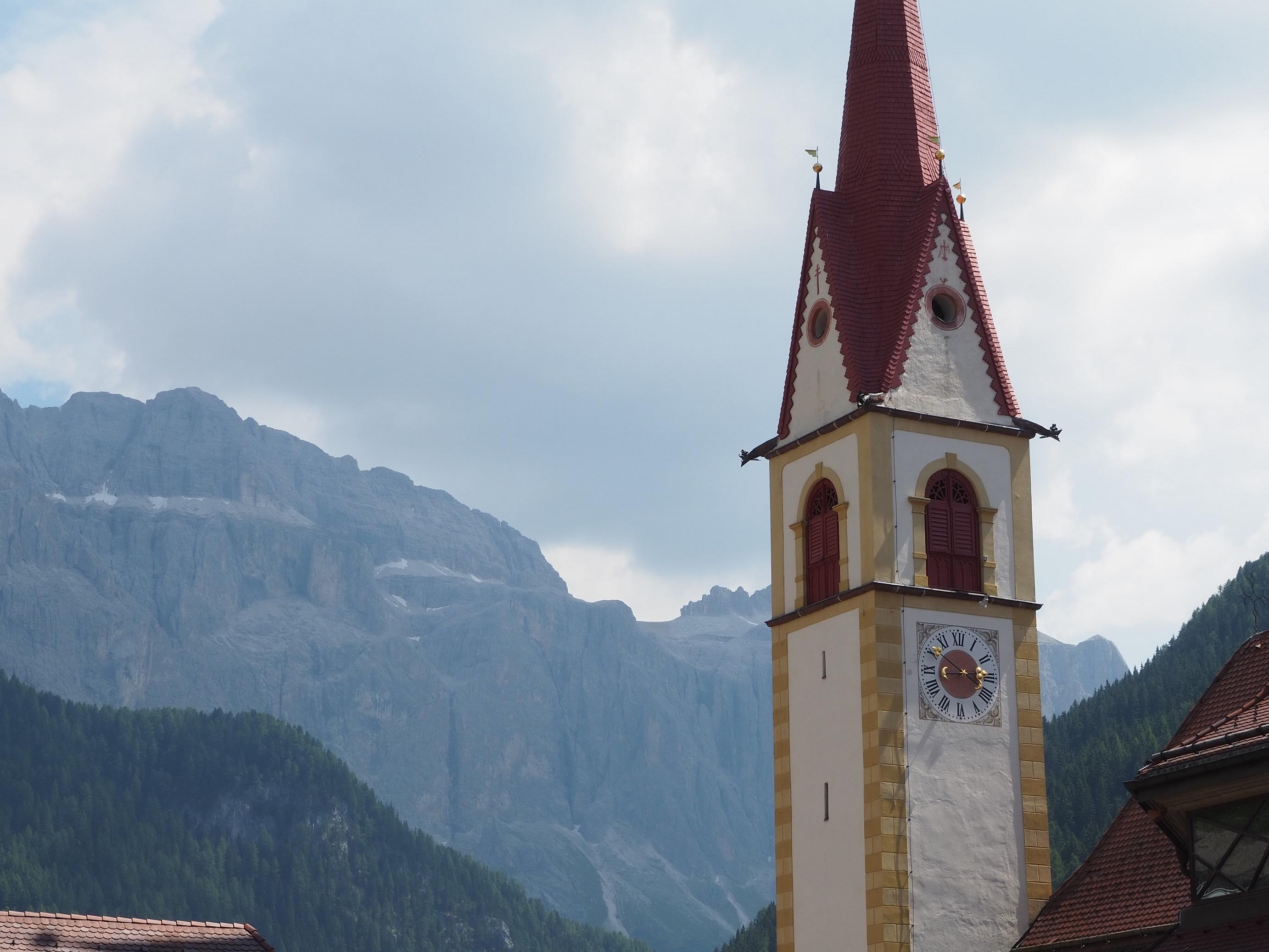 Eglise de Selva di Val Gardena dans les Dolomites